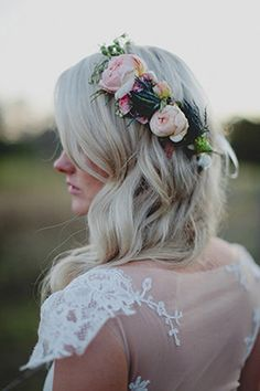 pretty floral crown... these are not only beautiful on every bride, but so perfect for an outdoor venue... very garden Chic!