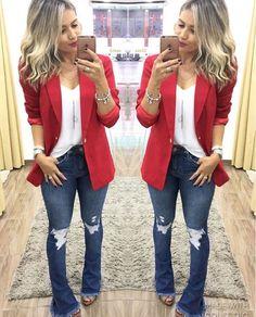 Look com blazer Look flare jeans, white t-shirt, red elongated blazer and sandal. Flare Jeans Outfit, Blazer Outfits, Blazer Fashion, Jean Outfits, Cool Outfits, Fashion Outfits, Womens Fashion, Jeans Flare, Tall Women Fashion