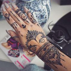 Pretty Hand Tattoos, Tribal Hand Tattoos, Hand Tats, Wrist Tattoos For Women, Finger Tattoos, Henna Ink, Henna Tattoo Hand, Henna Tattoo Designs Simple, Henna Art Designs