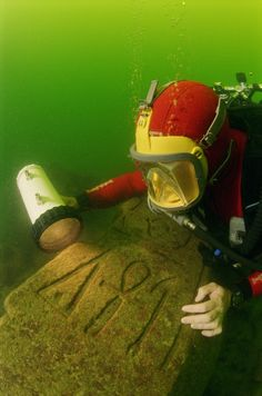 Underwater relics from Cleopatra's lost world..  Franck Goddio/Hilti Foundation, photo: Christoph Gerigk