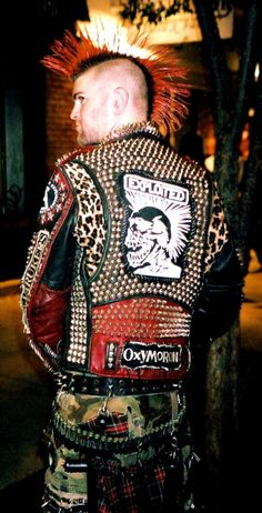 authentic punk rocker jacket / nicely done Subcultura Punk, Punk Guys, Punk Mode, Punk Art, Punk Mohawk, Rock Style, My Style, Crust Punk, Punk Jackets