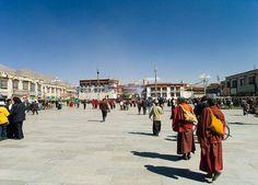 Die Barkhor Strasse ist ein Gebetsweg rund um den berühmten Jokhang Tempel. Folgende Sie unsere Gruppenreise zur intensiven Erkundung der tibetischen Höhepunkte.