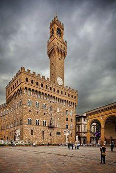 A gótikus lovagvár-stílusban épült Palazzo Vecchio, a firenzei városháza sok szempontból (főleg a belső tér kialakítását tekintve) már reneszánsz jellegzetességeket mutat. Érdekessége, hogy itt található a világ első középületre telepített toronyórája.