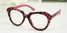 似合うメガネの選び方、丸顔に似合う眼鏡をご紹介。顔の欠点を隠してくれる。丸いフレームはさらに丸顔 に見せてしまうので、角のある細めの「スクエア型」が良い。すべてはbuy-glasses.jpへ。