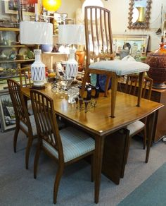 Vintage Drexel table and six chairs set in excellent condition.