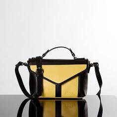 Bolso de piel tipo mini satchel con asa de mano y bandolera larga extraíble. Bolsillos interiores; uno con cremallera y dos planos. Forro negro. Totalmente hecho a mano de forma artesanal.