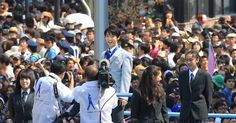 沿道を埋め尽くす大観衆の中、羽生の凱旋パレードが行われた=26日午後、仙台市(土谷創造撮影)