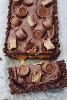 Chocolate tart with caramel, fudge og Center chocolates – Frederikke Wærens Dessert Party, Party Desserts, Baking Recipes, Cake Recipes, Snack Recipes, Dessert Recipes, Delicious Chocolate, Chocolate Desserts, Delicious Desserts