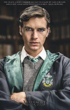 Voldemort: Origins of the Heir izle - Tom Riddle Hogwarts; Cadılık ve Büyücülük Okulu'ndan mezun olduktan sonra, sırra kadem basar. On yıl sonra, yeni güçler ve yeni bir isimle geri gelir.