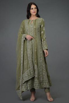 Chikankari embroidered kurta front of him from the public on each of the front suite. Pakistani Fashion Party Wear, Pakistani Dress Design, Pakistani Outfits, Indian Fashion, Punk Fashion, Designer Kurtis, Indian Designer Suits, Designer Dresses, Indian Designers