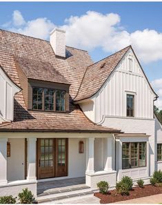 The modern farmhouse style isn't just for rooms. The farmhouse exterior design totally reflects the whole style of the home and the family tradition also. It totally reflects the entire style… Exterior Paint Colors, Exterior House Colors, Exterior Design, Facade Design, Classic House Exterior, Paint Colours, Door Design, Modern Farmhouse Exterior, Farmhouse Design