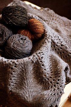 Ravelry: Hemlock Ring Blanket pattern by Jared Flood patron gratuit et laine sublime! Doily Patterns, Stitch Patterns, Knitting Patterns, Crochet Patterns, Knit Or Crochet, Lace Knitting, Knitting Stitches, Start Knitting, Knit Lace