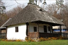 Traditional Romanian architecture - The Apricity Forum: A European Cultural Community Country Lifestyle, Moldova, Old Buildings, Little Houses, Traditional House, Country Living, Old Houses, Tiny House, House Plans
