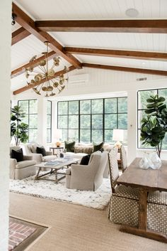 Surf pictures of sunroom designs and decoration. Discover ideas for your 4 seasons room enhancement, consisting of inspiration for sunroom decorating and also formats. Types Of Ceilings, Vaulted Ceilings, Ceiling Beams, Wood Ceilings, Sunroom Decorating, Living Room Interior, Living Rooms, Traditional House, Great Rooms