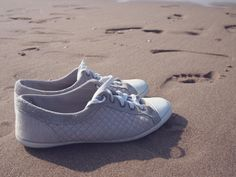 shoes sneakers beach -  shoes sneakers beach free stock photo Dimensions:2400 x 1800 Size:3.79 MB  - http://www.welovesolo.com/shoes-sneakers-beach-2/