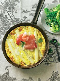 Ein schnelles und einfaches Rezept für eine Spargel-Frittata, das unseren Frühlingsliebling als italienisches Omelett wunderbar in Szene setzt.
