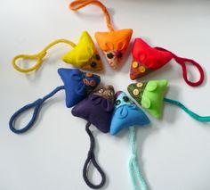 Une souris pour simplifier la vie de la Petite Souris: un petit coussin munis de deux poches: -une pour la tête, qui permet de glisser sa dent de lait -une plus grande sur le ventre, pour les pièces, billets ou petits cadeaux La queue se termine par un anneaux, qui permet de suspendre la souris [...]