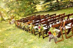 chaises en bois décorées d'arrangements floraux - une idée superbe de déco mariage