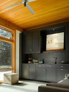 schwarze küchenmöbel und ausgefallene details helles Holz an der Decke