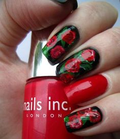 unhas decoradas de preto com rosa vermelha