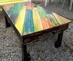 pallet-table-with-colorful-diagonal-stripe-patterned-top.jpg (960×804)
