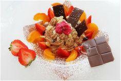 Mousse au chocolat praliné aux éclats de violette, fraises, abricots frais caramélisés et pignons de pins
