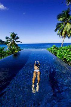 piscine de forme rectangulaire avec palmiers pour le jardin