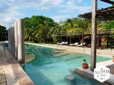 Daar ligt het #zwembad, wijst hij, en daarachter in de schuren kan je zien hoe hier vroeger touw werd gemaakt van de sisal plant. Alles – van de glanzende palmboombladeren, de kraakwitte handdoeken die op het einde van de ligbedden bij het zwembad zijn gedrapeerd tot de chique gedekte tafels op het terras en de klassieke achtergrondmuziek – wijst erop dat het flink wat geld moet kosten om hier te overnachten. #Hacienda #Temozon #Mexico #Yucatan