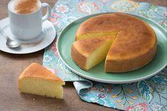 La torta al latte caldo è un dolce molto soffice, scioglievole, per chi vuole fare colazione con un dolce genuino facile da preparare!