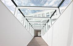 Showroom at the headquarters of Ritzenhoff AG, Marsberg, Germany by Clever Architekten + Ingenieure, Marsberg, Germany / ALUCOBOND® white 100