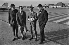 October 2, 1964. Gerry and the Pacemakers at Shiphol Airport in Amsterdam for the Grand Gala Du Disque event in the Concertgebouw. Photo ANP / Peter van der Zoest. #amsterdam #1964 #GerryandthePacemakers