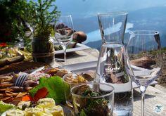 Herbstliches Tafeln am Granattor in Kärnten über dem Millstätter See Berg, Alcoholic Drinks, Table Decorations, Glass, Food, Home Decor, Creative Food, Tips, Decoration Home