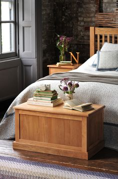 A touch of country living with the Appleby Oak Blanket Box from The Cotswold Company. Free Delivery on all products! Country Furniture, Bedroom Interior, Flat Interior, Furniture, Oak Furniture, Brown Rooms, Interior Design, Country Bedroom Furniture, Flat Interior Design