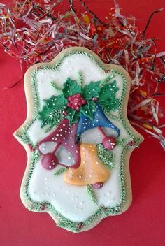 Jingle bell cookie one by Dora. Not my particular style, but beautifully done. Halloween Cookie Recipes, Halloween Cookies Decorated, Halloween Sugar Cookies, Christmas Sugar Cookies, Christmas Sweets, Holiday Cookies, Christmas Baking, Easy Halloween, Decorated Cookies