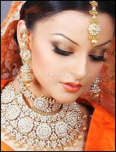 Pakistani / Indian Bridal make up - Lidschatten-Frauenclub Indian Bridal Makeup, Indian Bridal Wear, Asian Bridal, Bride Indian, Wedding Makeup, Wedding Bride, Moda Indiana, Exotic Beauties, Bridal Make Up