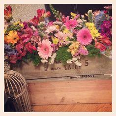 Terminando nuestros centros de mesa. Cajas vintage con flores! La perfecta combinación