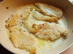 I petti di pollo al latte sono un secondo piatto semplice e genuino. Si preparano in pochissimi minuti e sono davvero a prova di principiante.