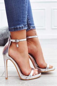 5dfe44621ca180 Sandali argento metallizzati con tacco alto e ciondolo gioiello Feel