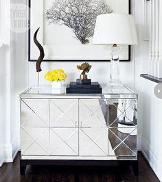mueble espejado con piezas pequeñas