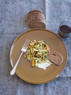 Gegrillter Mais mit Pflaumen, Feta und Koriander | Simple Feast
