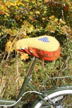 Pynt sykkelen med redesign i høst og hold deg samtidig varm!  Vakkert setetrekk i ull og tekstil som kan vaskes i maskin på 30-graders ullprogram. Tekstilene som brukes kommer fra både her og der, ganske mye fra familein til designeren Lenne Noss Ditmansen....damen bak M.O.R, men også fra loppemarkeder landet rundt.  Ulla som benyttes er rester og 2.sortering fra en liten strikkefabrikk i Horten, Mosaikk/Vikingstrikk, en avdeling hos Jobbintro AS  Setetrekket ha...
