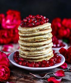 Vegan poppyseed vanilla pancakes with jam & pomegranate for breakfast - Is there a better start of the day than the American pancakes for breakfast with marmalade dressing from your favorite fruit?