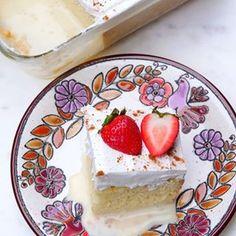 Pastel o torta tres leches Tres Leches Recipe, Tres Leches Cupcakes, Chocolate Tres Leches Cake, Mexican Food Recipes, Sweet Recipes, No Bake Desserts, Dessert Recipes, Baking Desserts, Three Milk Cake