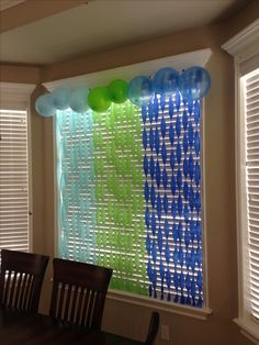 Hang streamers on the wall or window and twist them then add balloons at the top. Hang streamers on the wall or window and twist them then add balloons at the top for birthday decorations. Streamer Party Decorations, Party Streamers, Birthday Party Decorations, Decorating With Streamers, Streamer Ideas, Office Party Decorations, Green Decoration, Room Decoration For Birthday, Streamer Wall