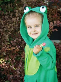 HGTV's Halloween costume experts share step-by-step instructions for turning a basic hoodie into a fun frog costume that will have your child hopping with excitement. Kids Bat Costume, Cute Costumes For Kids, Handmade Halloween Costumes, Frog Costume, Diy Costumes, Halloween Kids, Costume Ideas, Costume Patterns, Firefly Costume