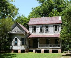an old house...a dream house for me!!  all she needs is a little love...