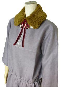 胸元に縫い模様を並べて刺しゅう風に見せたワンピースとつけ襟。つけ襟はジャガーミシンのレシピ集で公開中⇒http://www.jaguar-net.co.jp/products/work/tippet.html #onepiece #tippet #sewing #handmade #JAGUAR