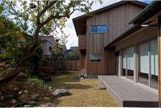 庭屋一如の通り土間の家「金衛町の家」   オーガニックスタジオ新潟 Garage Doors, Shed, Outdoor Structures, House Design, Mansions, Living Room, Studio, Architecture, House Styles