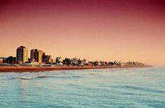 Playa Villa Gesell Argentina, Playas de Latinoamerica  Situada en el extremo este de la provincia de Buenos Aires, Villa Gesell tiene playas de fina arena, bosques de pinos, acacias, tamarindos y eucaliptos. El paisaje es maravilloso porque tiene un gran bosque poblado de Acacias, Alamos, Cipreses, Tamarindos y pinos de la costa y también un paisaje desértico con dunas gigantescas.