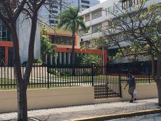 Colegio de Abogados, Ave. Juan Ponce de Leon. Astas sin banderas al no ser un día laborable.